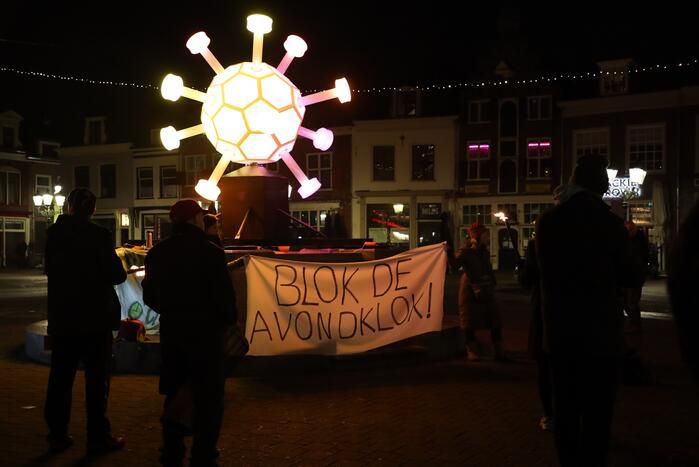 Actiegroep Viruswaarheid demonstreren tegen avondklok bij coronavirus-kunstwerk
