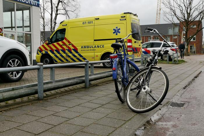 Fietsster gewond bij botsing met personenauto
