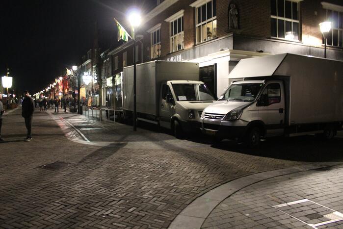 Winkels dichtgetimmerd en beveiligd met voertuigen