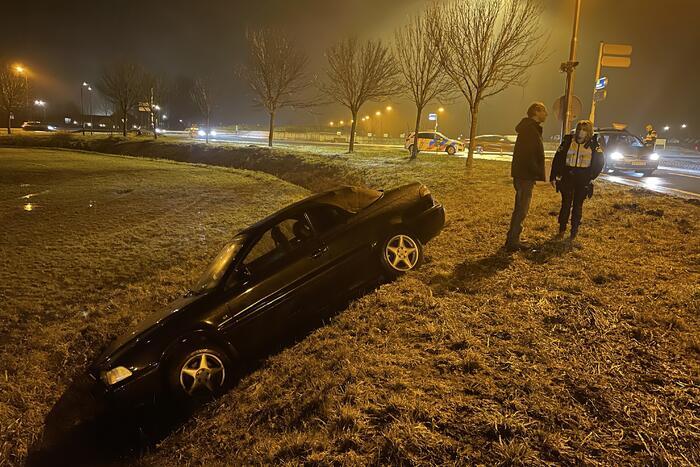 Personenauto raakt van de weg en komt tot stilstand in sloot