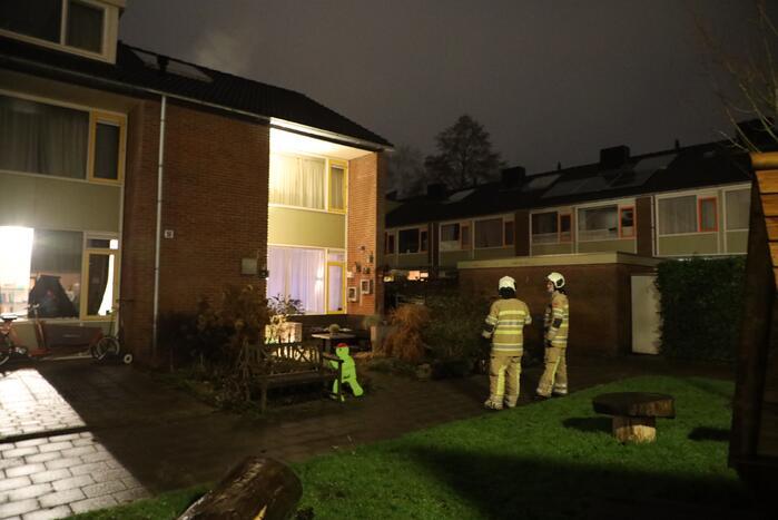 Brandweer veegt schoorsteen na vermoedelijke brand
