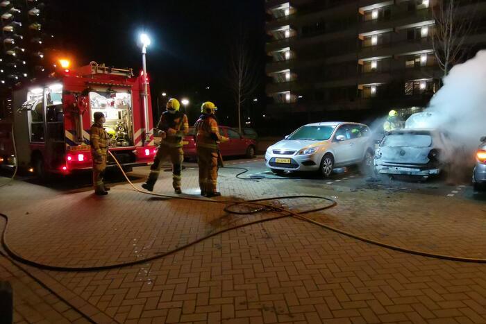 Twee auto's uitgebrand en derde beschadigd