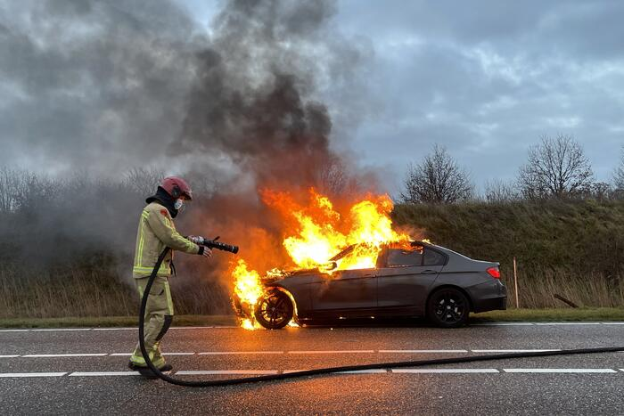 Auto gaat in vlammen op