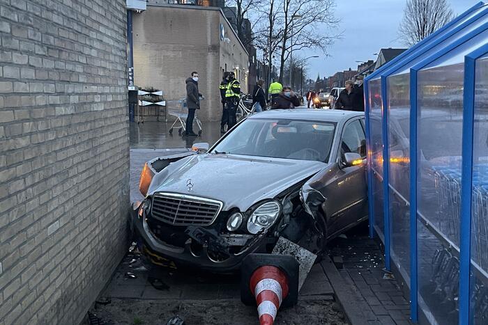 Automobilist richt ravage aan bij Albert Heijn