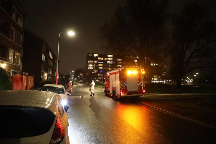 Brandweer doet onderzoek naar benzinelucht in appartementencomplex