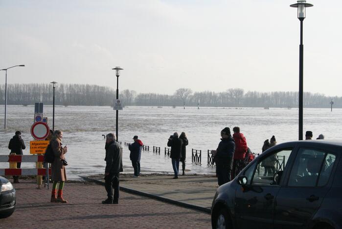 Hoogwater de Waal trekt veel bekijks