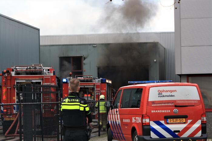 Auto in brand in bedrijfspand