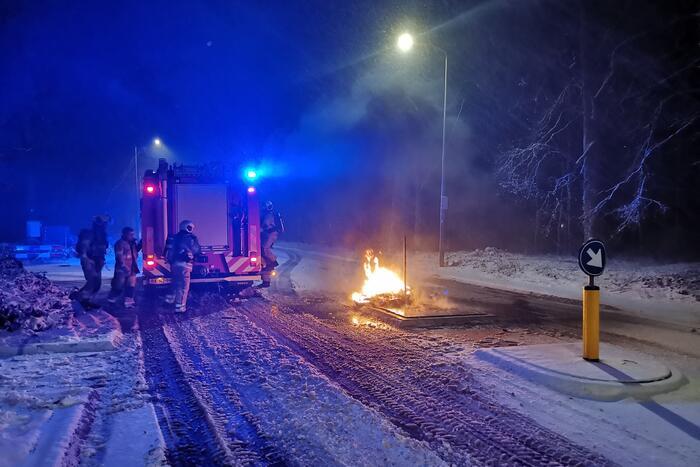 Autobanden op vluchtheuvel in brand gestoken