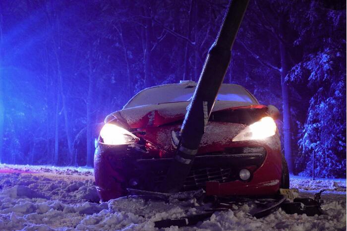 Auto eindigt tegen lantaarnpaal