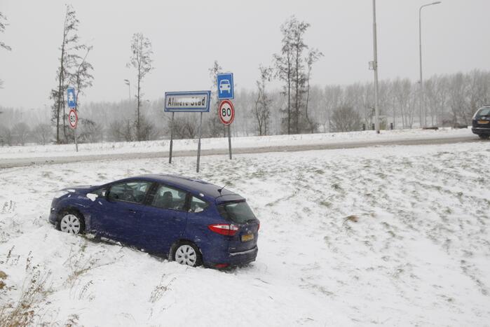 Auto raakt van de weg door gladheid