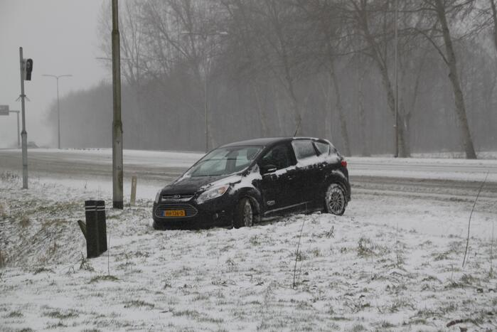 Auto naast de weg en vast in sneeuw
