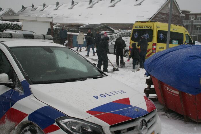 Buurtbewoners helpen ambulance de weg op