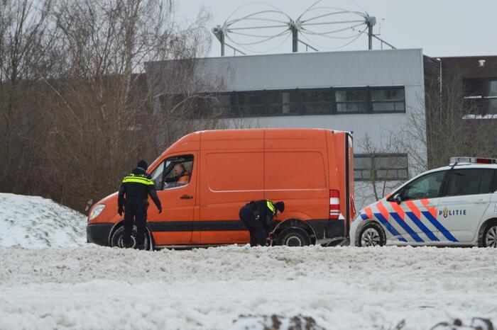 Politie bevrijdt bestelbus uit sneeuw