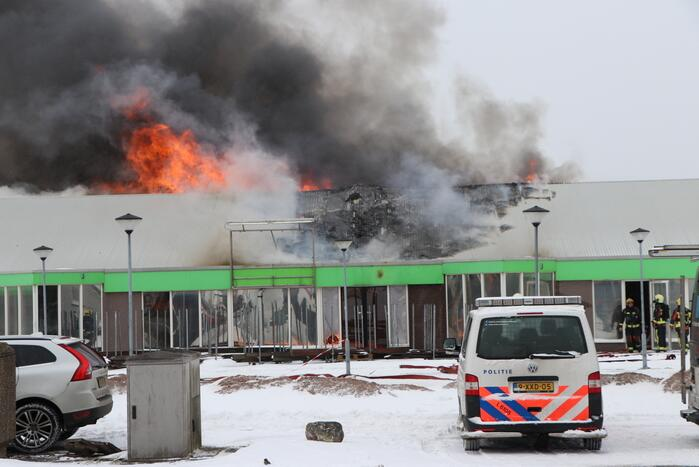 Dak Intratuin volledig in brand