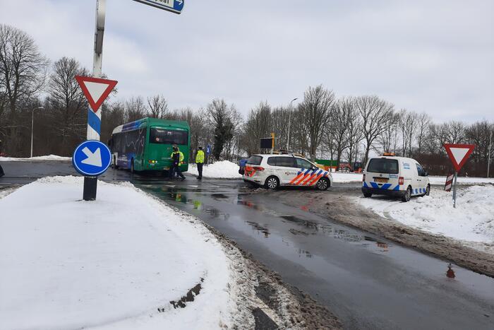 Lijnbus comfortRRReis en auto botsen op kruising