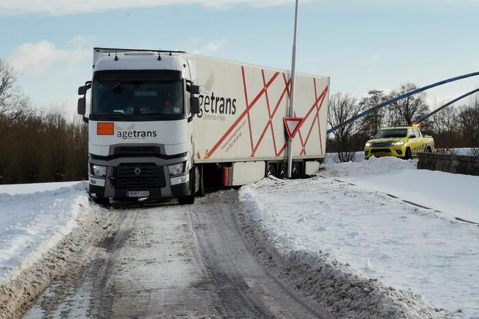 Vrachtwagenchauffeur rijdt zich vast