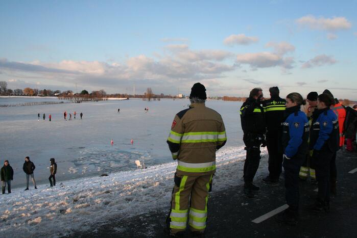 Drie personen zakken door het ijs