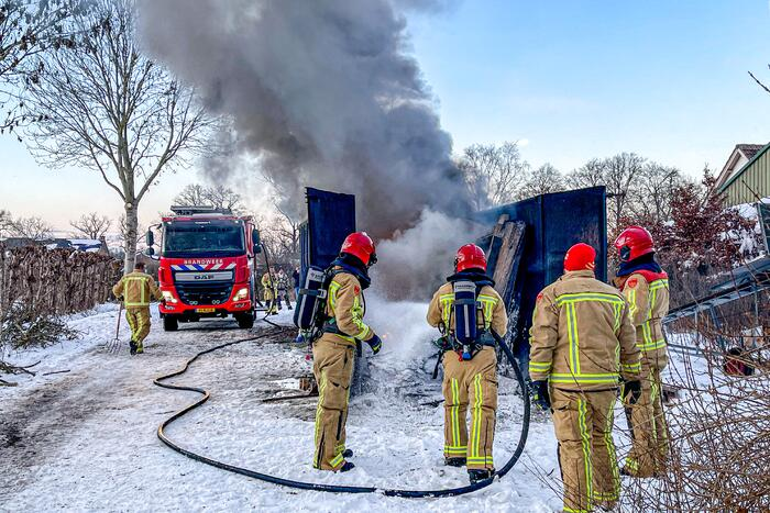 Felle brand in container met bouwafval