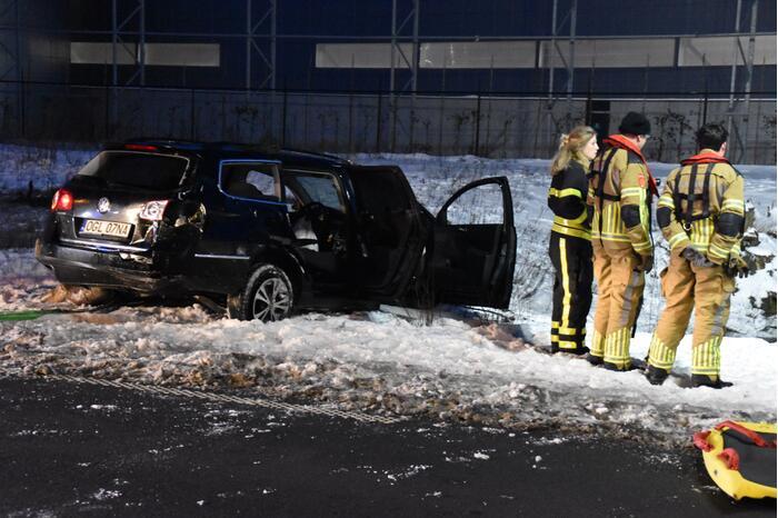 Auto schiet door het ijs na ongeval