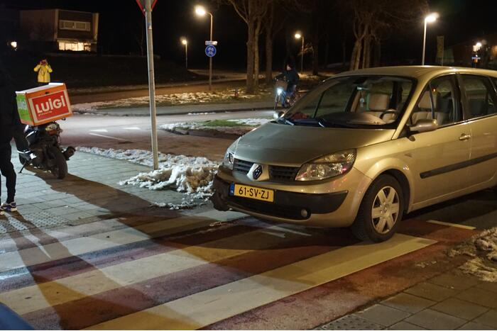 Personenauto en bezorgscooter met elkaar in aanrijding