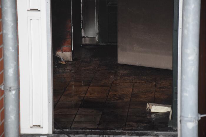 Brandweer blust brand in toiletgebouw