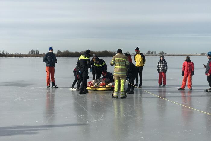 Brandweer haalt gewonde schaatser van ijs