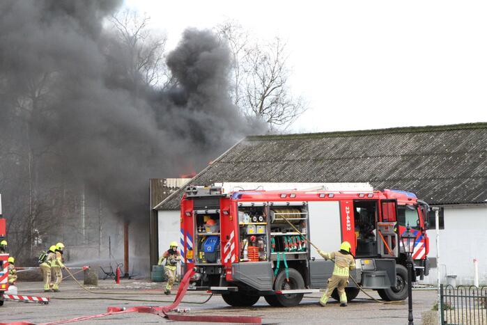 Enorme rookwolken bij brand in schuur