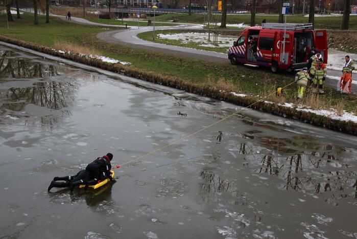 Brandweer oefent in ijskoude Gelderse Diep
