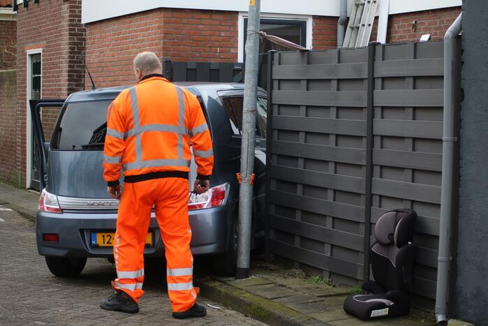 Auto knalt dwars door schutting bij uitwijkmanoeuvre