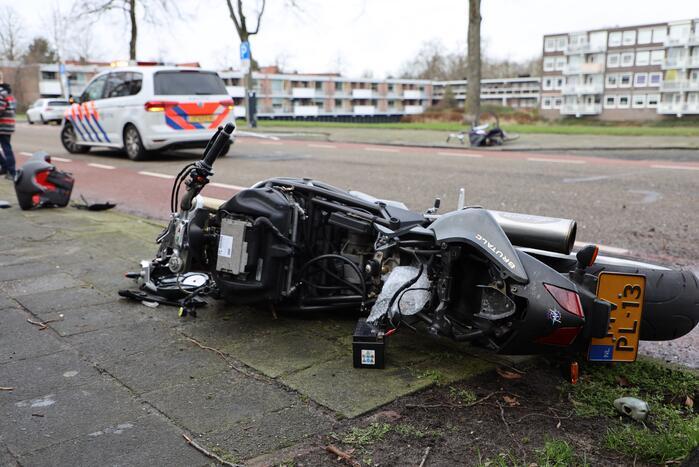 Motorrijder botst op auto die uit parkeervak rijdt