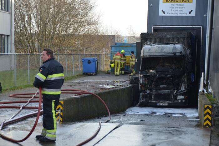 Vrachtwagen voor laaddock uitgebrand