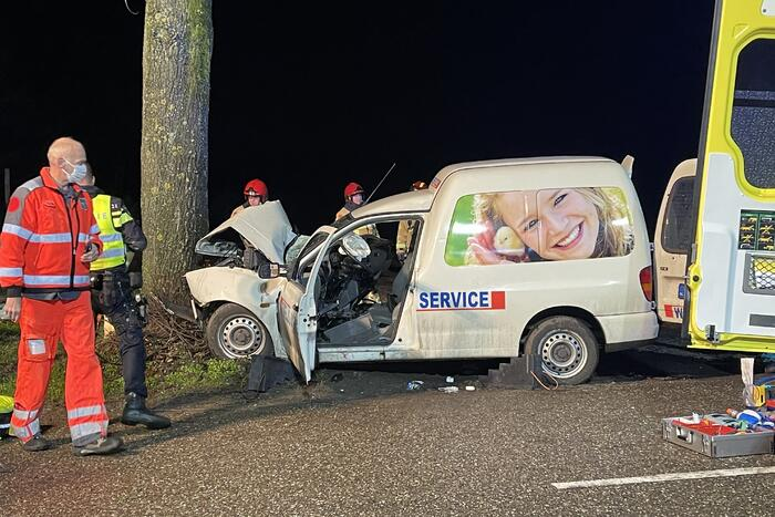 Zwaargewonde bij ongeval met boom