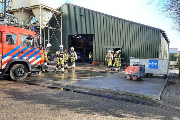 Compressor vliegt in brand in loods