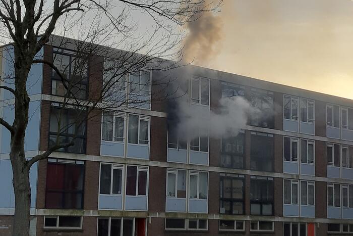 Veel schade bij brand in portiekwoning