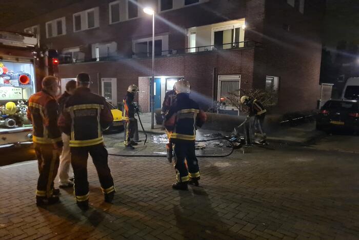 Brandstichter steekt karton aan op straat