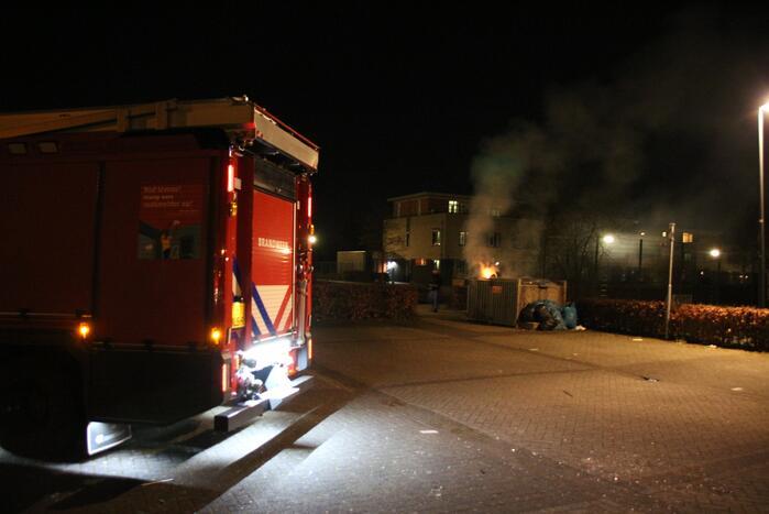 Twee afvalcontainers in brand gestoken