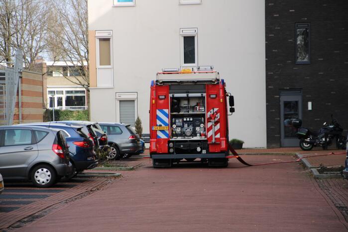Brandweer doet onderzoek naar brand in flatgebouw