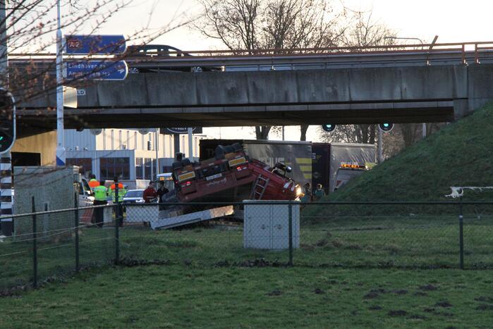 Vrachtwagen met betonplaten belandt op de kop