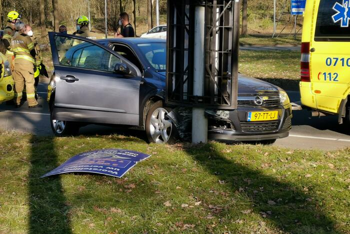 Auto knalt op lantaarnapaal