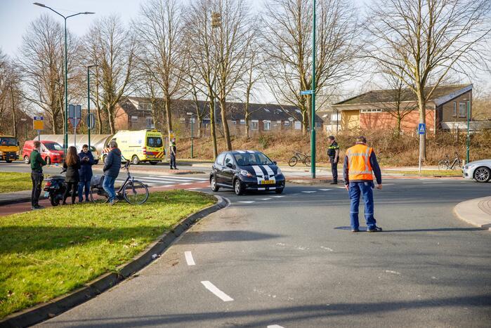 Scooterrijdster gewond bij aanrijding op rotonde