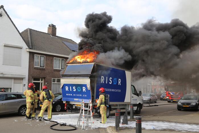 Lading van bakwagen vliegt in brand