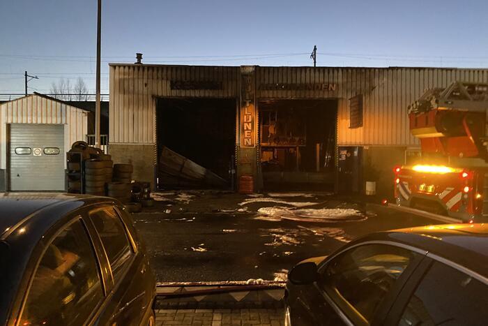 Grote rookwolken door uitslaande brand bij garagebedrijf