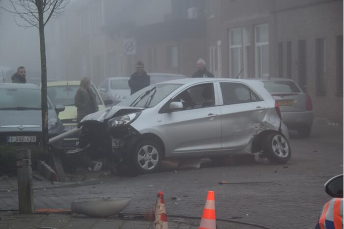 Automobilist richt ravage aan na botsing met lichtmast, bestuurder overleden