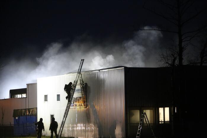 Brandweer bestrijd grote brand in loods Timmerwerken Damen