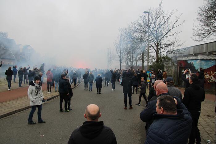 Spelersbus Cambuur onthaald door supporters