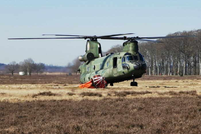Chinook-transporthelikopter oefent boven Ginkelse Heide