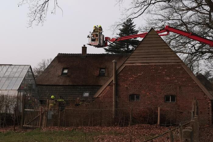 Bewoners blussen brandende schoorsteen