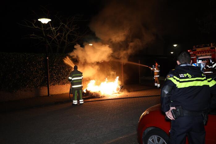 Brandweer blust meters hoge vlammen