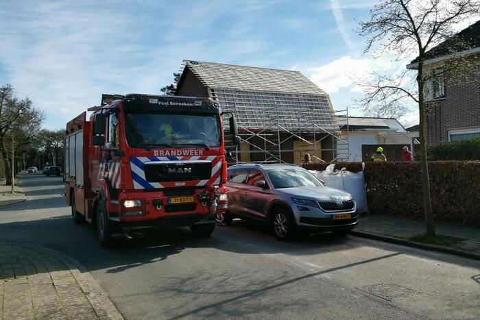 Brandweer blust brandende dakbedekking
