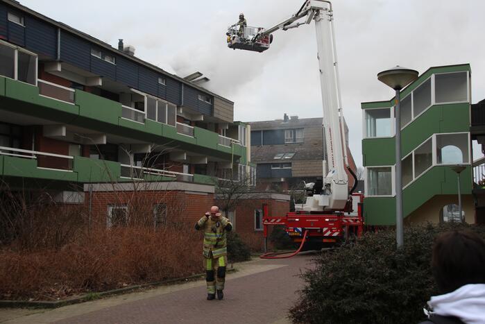 Brandweer blust brandend dak